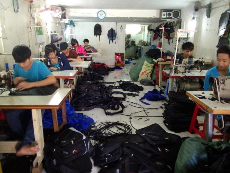 Quá trình sản xuất balo tại xưởng may balo giá rẻ Trí Việt